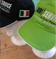 cappellini personalizzati con ricamo, utilizzati come divisa da lavoro