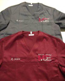 Casacche unisex con scollo a V personalizzate con logo aziendale, utilizzate come divisa da lavoro