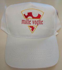 Cappellino bianco ricamato usato come parte dell'uniforme in una pizzeria
